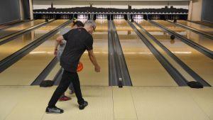 Kari Reinivuo lär Kristiina pappila att bowla