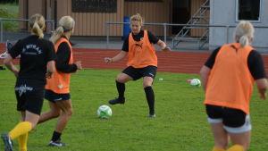 Annika Grundvall tar emot en passning för IK Myran.