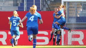 Island firar mål