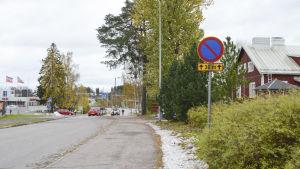 finländarvägen - man får inte parkera framför Finno skolas infart.