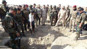 Irakiska truppen undersöker platsen där en massgrav med minst 400 kroppar har hittats.