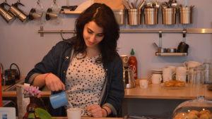 Hanan Sneih häller upp kaffe.