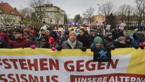 """""""Gör motstånd mot rasismen"""" står det på banderoller som demonstranter tågar med i Hannover."""