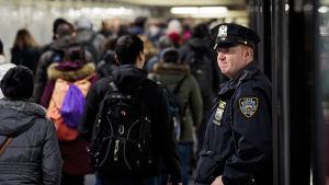 En polis övervakar tunnelbanestationen i Manhattan där Akayed Ullah detonerade en rörbomb på måndag.