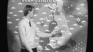 """Gammal svartvit bild på väderleksrapport på tv med texten """"veckoslutet"""" på kartan"""