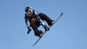 Enni Rukajärvi åker snowboard.