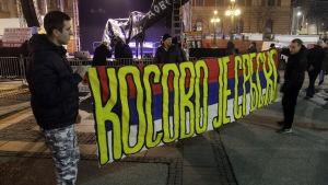 """Serbiska demonstranter i Belgrad med banderoll: """"Kosovo är serbiskt""""."""