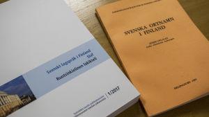 """Böckerna """"Svenskt lagspråk i Finland"""" och """"Svenska ortnamn i Finland""""."""