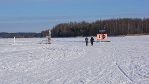 Kati och Barbro Fransman promenerar på isen mot Borgå.