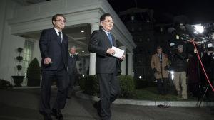 Sydkoreas nationella säkerhetsrådgivare Chung Eui-Yong och spionchefen Su Hoon meddelade om toppmötet efter ett möte med president Trump i Vita huset