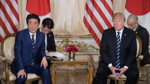 Japans premiärminister Shinzo Abe och Donald Trump under presskonferensen i Mar-a-Lago i Palm Beach den 17 april.