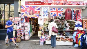 Bild på utsidan av en butik som säljer souvenirer prydda med det kungliga paret.