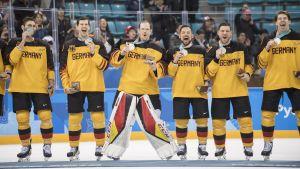 Glada tyska spelare efter OS-finalen.