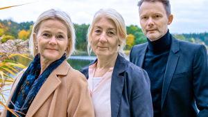 Regissören Felix Herngren med skådespelarna Sissela Kyle och Lotta Tejle i tv-serien Enkelstöten.