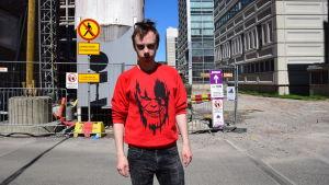 Marvelfanset Marlon Saares poserar vid ett bygge.