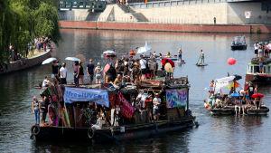 En technobåt glider längs floden under motdemonstrationerna mot AfD:s demosntration i Berlin.