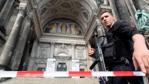 Polispådrag vid katedralen i Berlin.