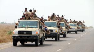 Trupper som hör till den Saudi-ledda koalitionen i Jemen väntar på att angripa Hodeidah.