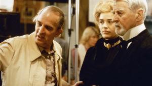 Ingmar Bergman ger instruktioner under inspelningen av Fanny och Alexander.