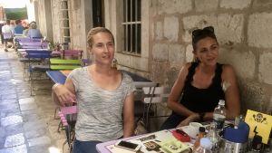 Ivana Šepak sitter med en kollega vid ett cafébord i en gränd i Dubrovniks Gamla stad.