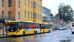 Bussar på Slottsgatan i Åbo.