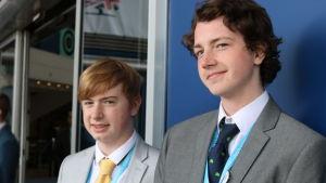 Bild på två unga konservativa partimedlemmar i Storbritannien.