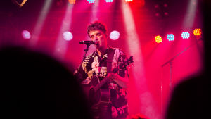 Elias Gould esiintyy akustisen kitaran kanssa Tampereella.