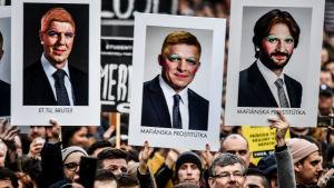 Plakat under folksamlingar i Slovakien, mars 2018. På plakaten syns bilder på premiärminister Robert Fico och inrikesministern Robert Kalinak. Protesterna började efter mordet på Jan Kuciak och hans fästmö Martina Kusnirova.
