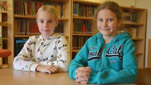 Eleverna Liv Svartsjö och Clara Åbrendt i Gerby skola.
