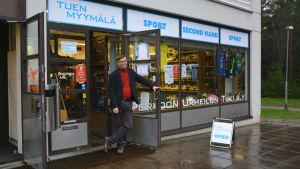 Jaakko Jalonen stör i dörröppningen utanför affären