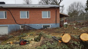 Viktor Erikssons hus blev skadat efter stormen Aapeli. Taket har blivit skadat och träd har fallit.