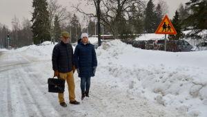 Lotta Vaenerberg och Martin Uunila står vid vägen.