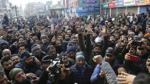 Invånare i provinsen Jammu och Kashmirs sommarhuvudstad Srinagar protesterar mot våldsamheterna och morden på muslimer från Kashmir i Indien