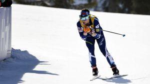 Krista Pärmäkoski i en nedförsbacke i Seefelds skiathlon.
