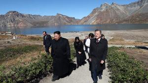Kim Jong-Un representerar distriktet kring den heliga vulkanen Paektusan. Kim besökte Paektusan i fjol tillsammans med Sydkoreas president Moon Jae-In