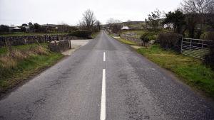 """""""Den osynliga gränsen"""". Gränsdragningen i dag mellan Nordirland och Irland syns här som ett byte av asfaltbeläggning."""