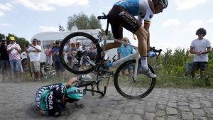 Rafal Majka från Polen och belgaren Olivier Naesen krockar mellan Arras och Roubaix under förra årets upplaga.