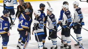 St. Louis och Winnipegs spelare skakar hand efter matchen.