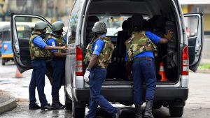Lankesiska soldater inspekterar innehållet i en bil vid en kontroll i Colombo 3.5.2019