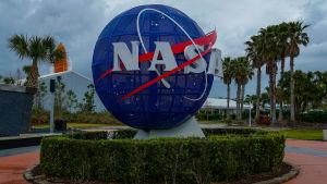 Nasasymbolen i form av en jordglob vid ingången till Kennedy Space center.