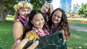 Havaijin au pairit ottavat ryhmäselfietä puhelimella