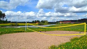 En volleybollplan bredvid Borgå å i Kerko.