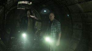 Bill och Richie i en mörk kloakgång.