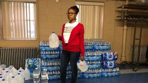 Gräsrotsaktivisten Sabre Bee i Newark. Med vattendunkar.
