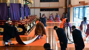 Kejsare Naruhito går ut från kröninsceremonin.