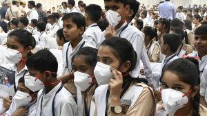 Andningsskydd delas ut i skolor i New Delhi 1.11.2019