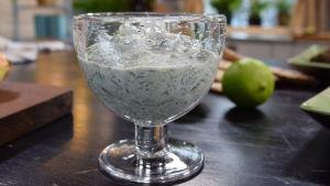 Gurkyoghurt i skål