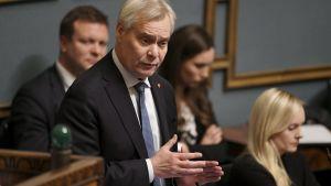 Antti Rinne talar i Riksdagen.