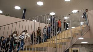 Elever går upp för trappa