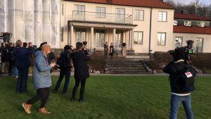 Journalister och fotografer står i rad för att ta bild på Sanna Marin och Stefan Löfven på herrgården i Harpsund.